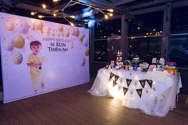 Bàn tiệc sinh nhật 1 tuổi của bé Kun Thiên An được bày trí xinh xắn