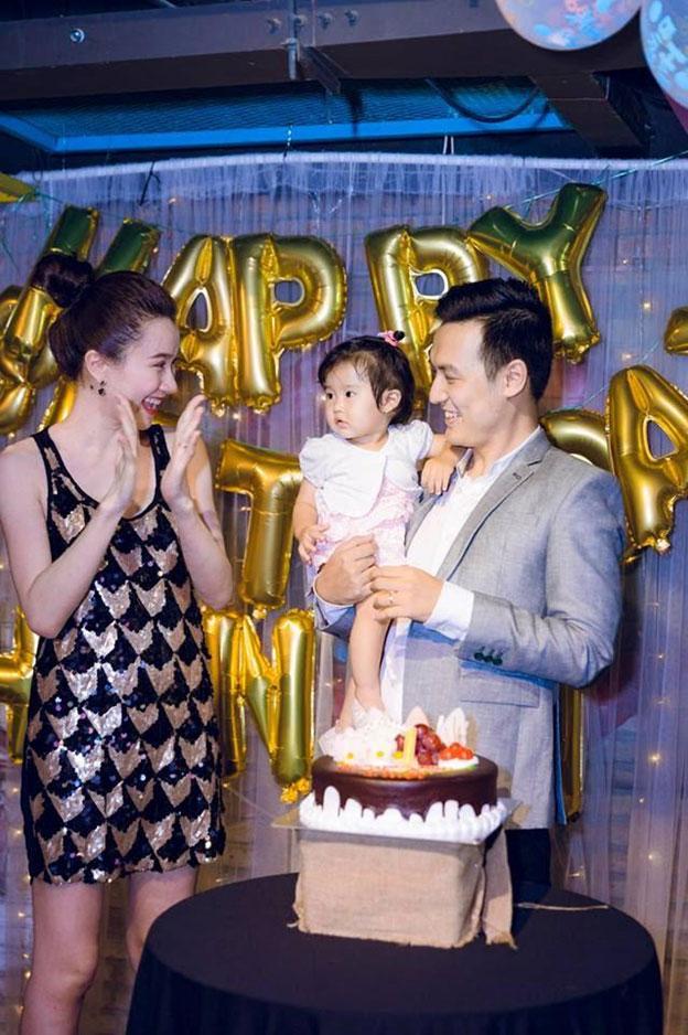 Vợ chồng Thảo Nhi – Thiên Vũ rạng rỡ chụp hình kỷ niệm cùng con gái yêu bên chiếc bánh kem