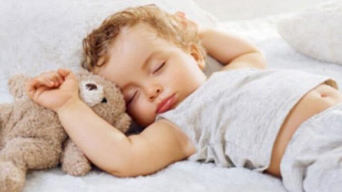 Đừng để trẻ mặc phong phanh khi nằm dưới điều hòa nhiệt độ