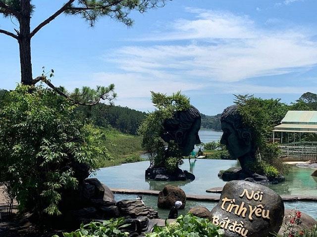 Đến đây bạn và người yêu có thể chụp ảnh với hai bức tượng cầu mong hạnh phúc sẽ đến.