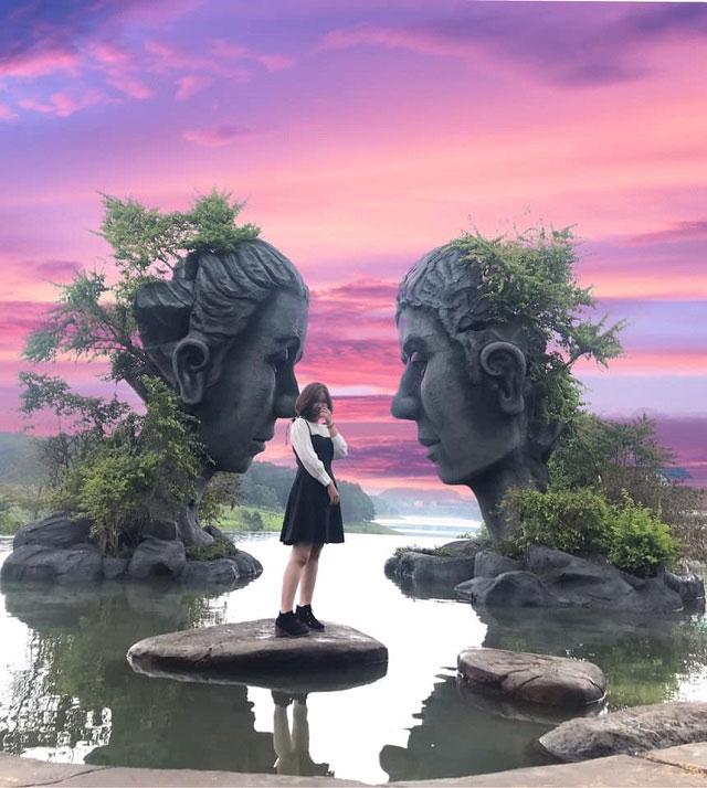 Ở giữa lòng hồ có hai bức tượng khổng lồ được đặt đối diện nhau rất độc đáo.