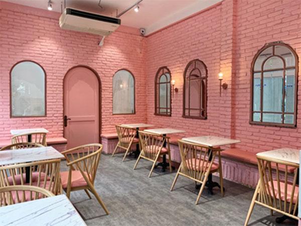 Mato House thu hút ánh nhìn của những vị khách đi ngang bởi sắc hồng nhẹ nhàng nhưng cực kì nổi bật