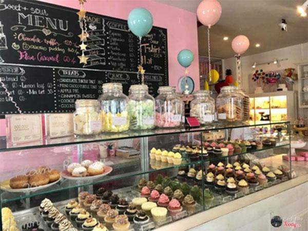 Quầy bánh ngọt đủ sắc màu thu hút ánh nhìn của những vị khách nơi đây