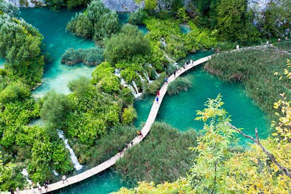 Màu nước hồ thay đổi do tác động của ánh sáng mặt trời, do khoáng chất và các vi sinh vật trong nước