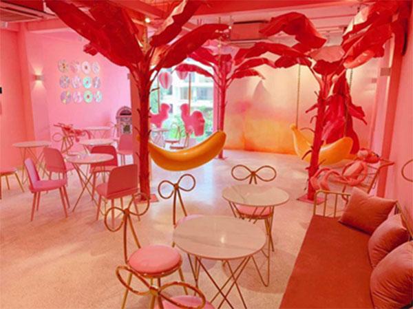 Không gian bên trong quán được thiết kế với chi tiết màu hồng khác nhau cực kì dễ thường