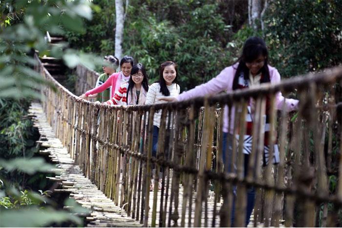 Hay trải nghiệm bước qua những cây cầu treo rung rinh.