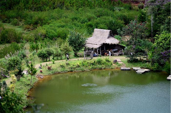 Những ngôi nhà gỗ Tây Nguyên ven hồ